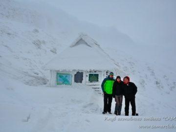 Хижина в горах заметенная снегом