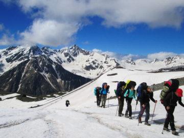 Туристы по снежным горам