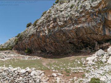 Гора Бабадаг навес из скал