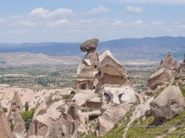 Камень лежит на вершине скалы