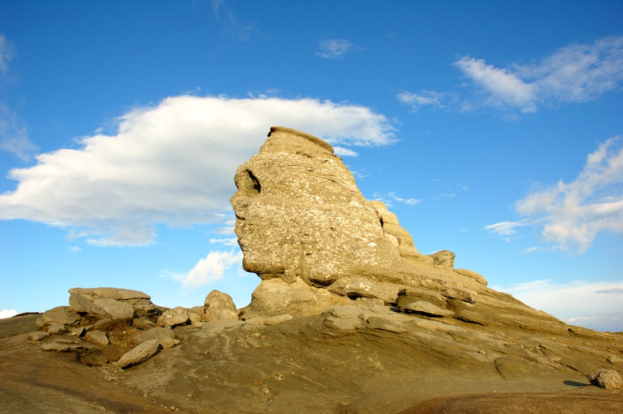 Камень в виде лица человека
