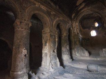 Каменный зал в горе