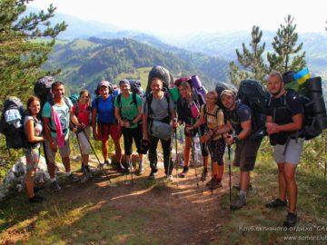 Общее фото на горной тропе