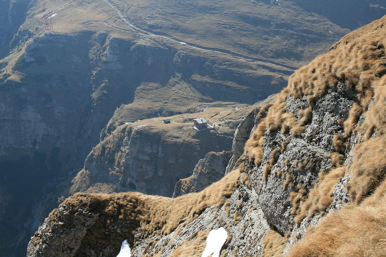Одинокий домик в горах