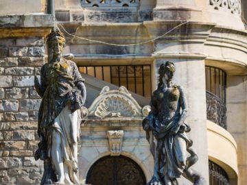 Статуи девушек