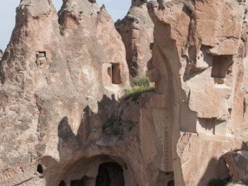 Вход в каменные комнаты в скале
