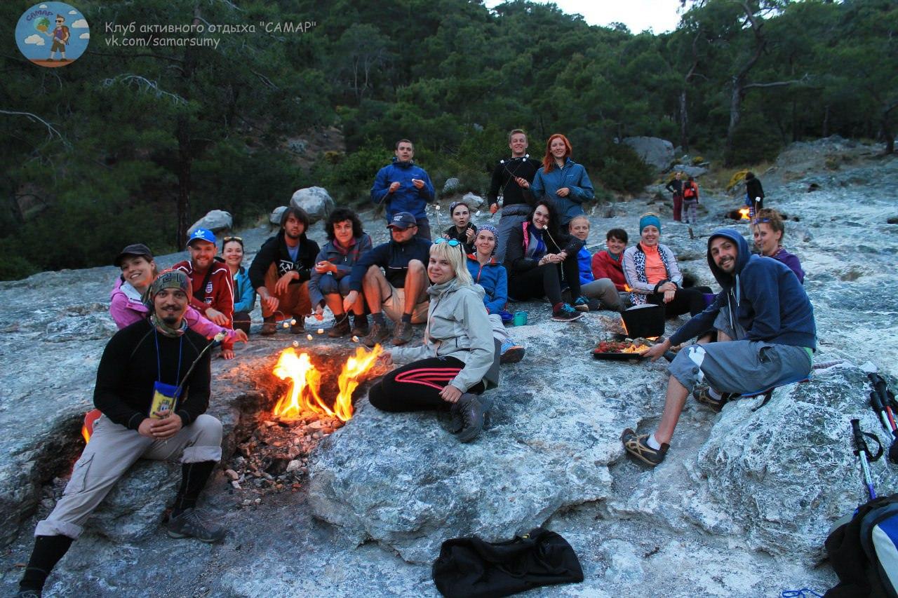 Отдых возле костра в горах