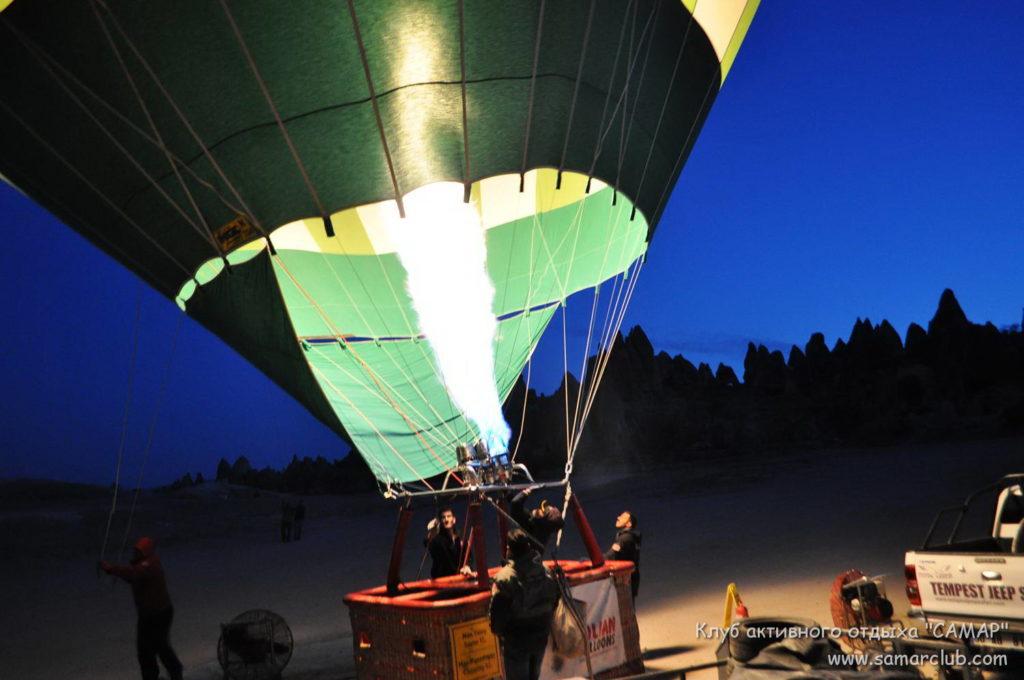 Надувают воздушный шар