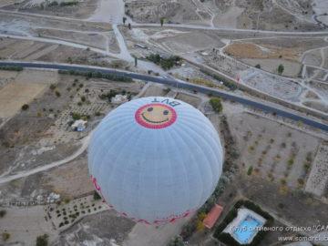 Рядом пролетающий воздушный шар