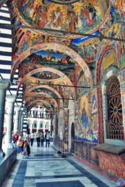 Рильский монастырь красивый сфереческий потолок