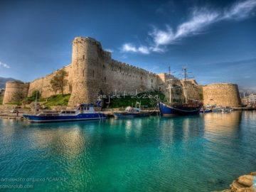 Замок на берегу