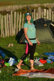 Девушка в туристическом лагере