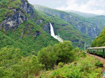 Фломская железная дорога вид на водопад из поезда