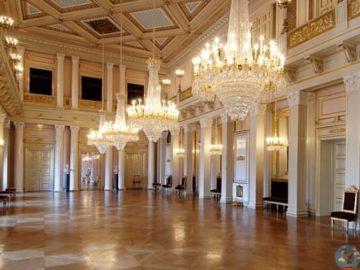 Люстры в королевском дворце