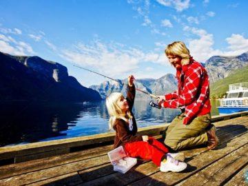 Сагнефьорд мама с ребенком на рыбалке