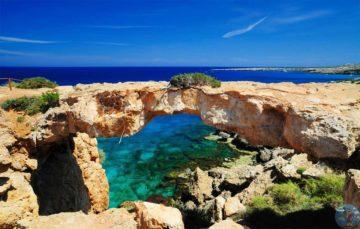 Мыс Греко арка из скал