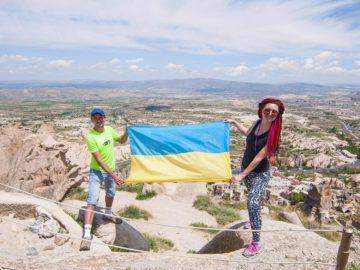 С Украинским флагом на фоне плато