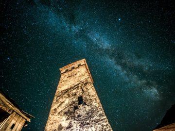 Сванскими башни под звездным небом