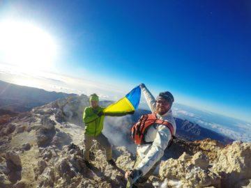 На вершине горы с флагом
