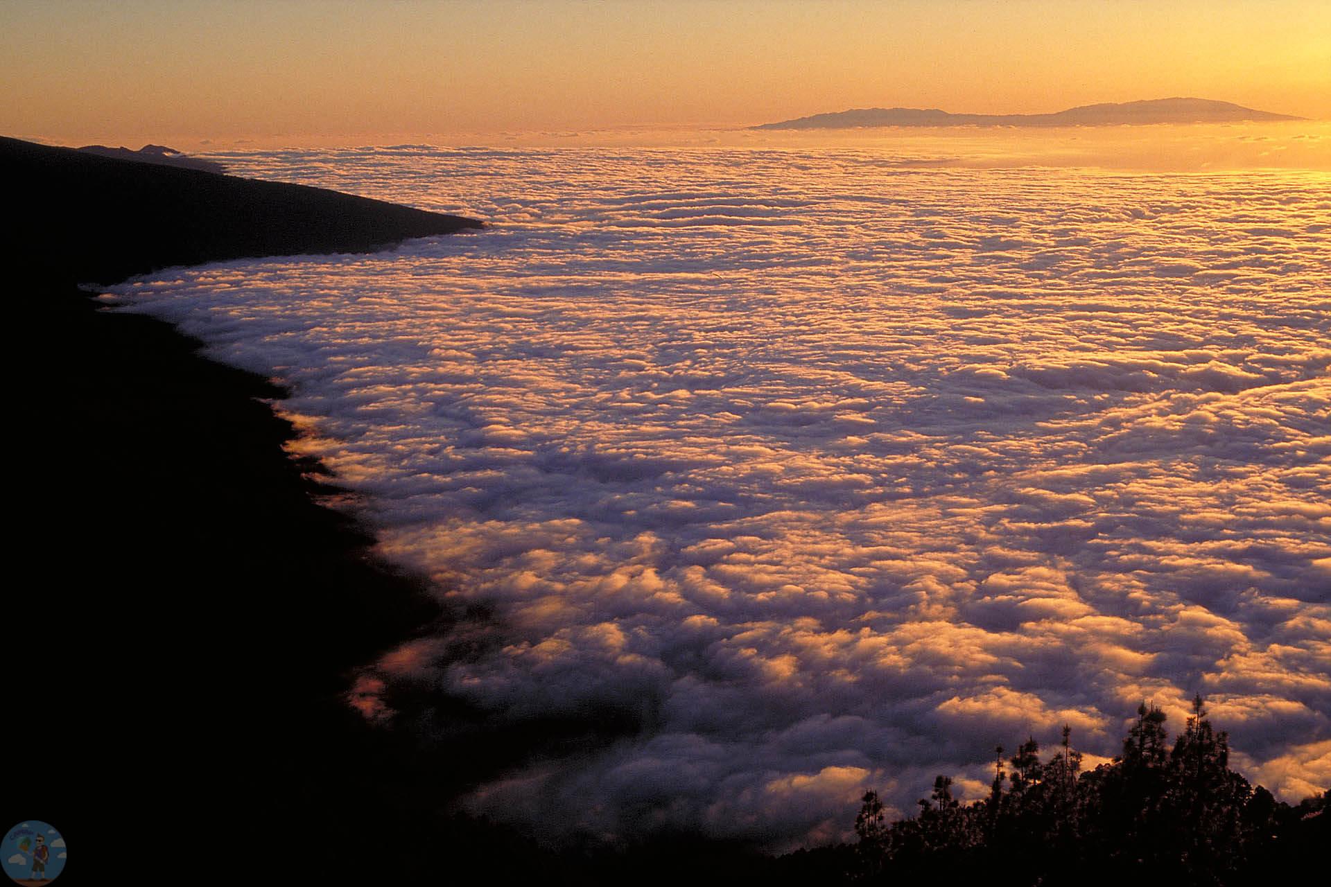 Облака Возле тейде вид с вершины горы
