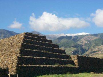 Пирамиды возле гор