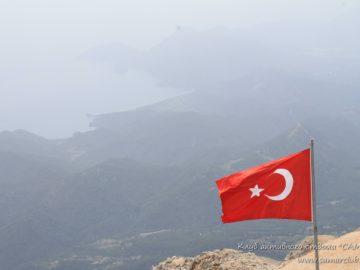 Флаг Турции в горах