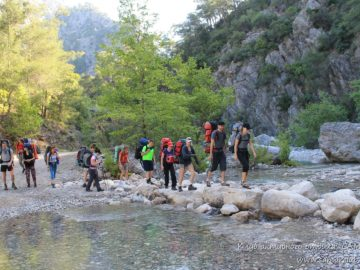 Каменная тропа через реку