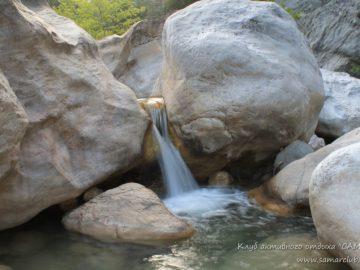 Мини водопадик в камнях