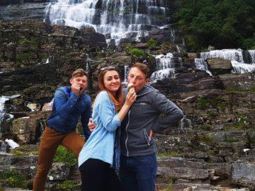 Мороженка на фоне водопада