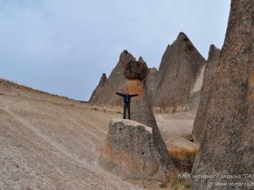 На фоне острых скал