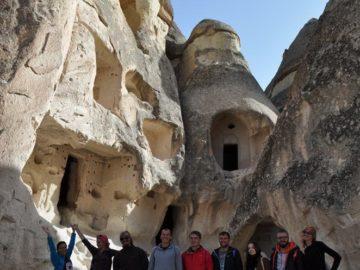 На фоне пещер