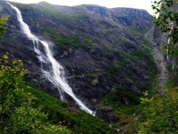 Небольшой водопад в горах