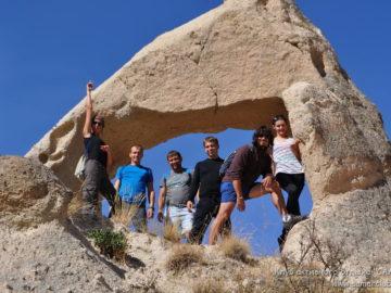 Общее фото под каменной аркой