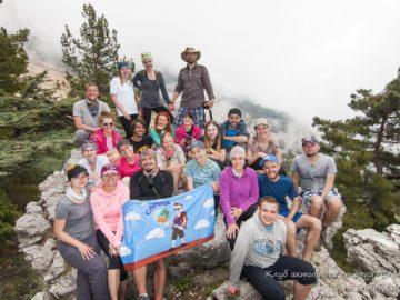 Общее фото с флагом самар в горах