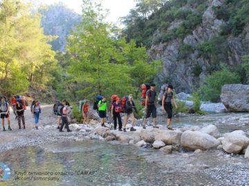 Переход по камням через реку