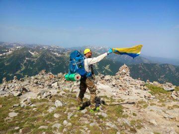 С флагом Украины на вершине горы