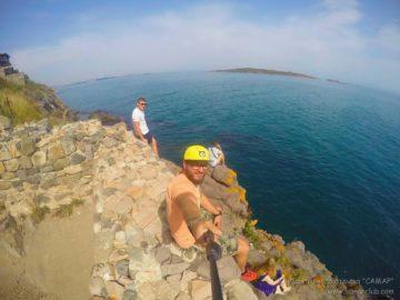 Селфи на скалистом берегу