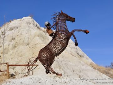 Скульптура наездника на лдошади