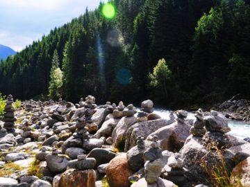 Сложеные камни в пирамидки возле реки