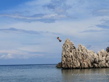 Со скалы в воду