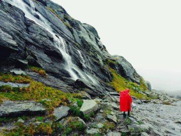 Вода стекает со скал