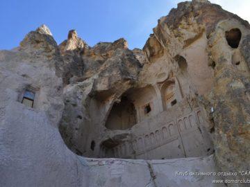 Здания в скале