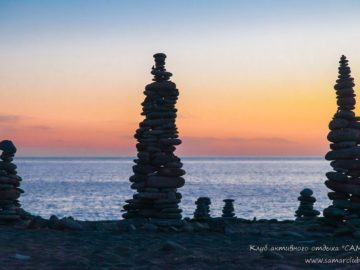 Каменные пирамидки на пляже