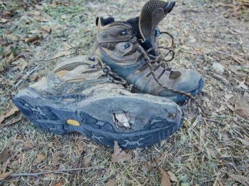 Порваные ботинки