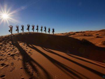 Поза лотоса в пустыне
