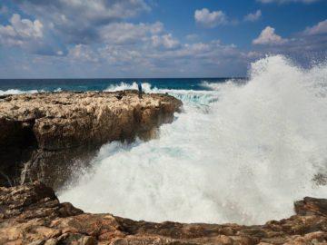 Прибой и скалистый берег