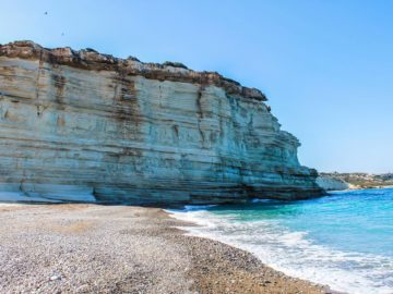Скала на пляже