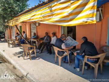 Местные жители в отдыхают тени
