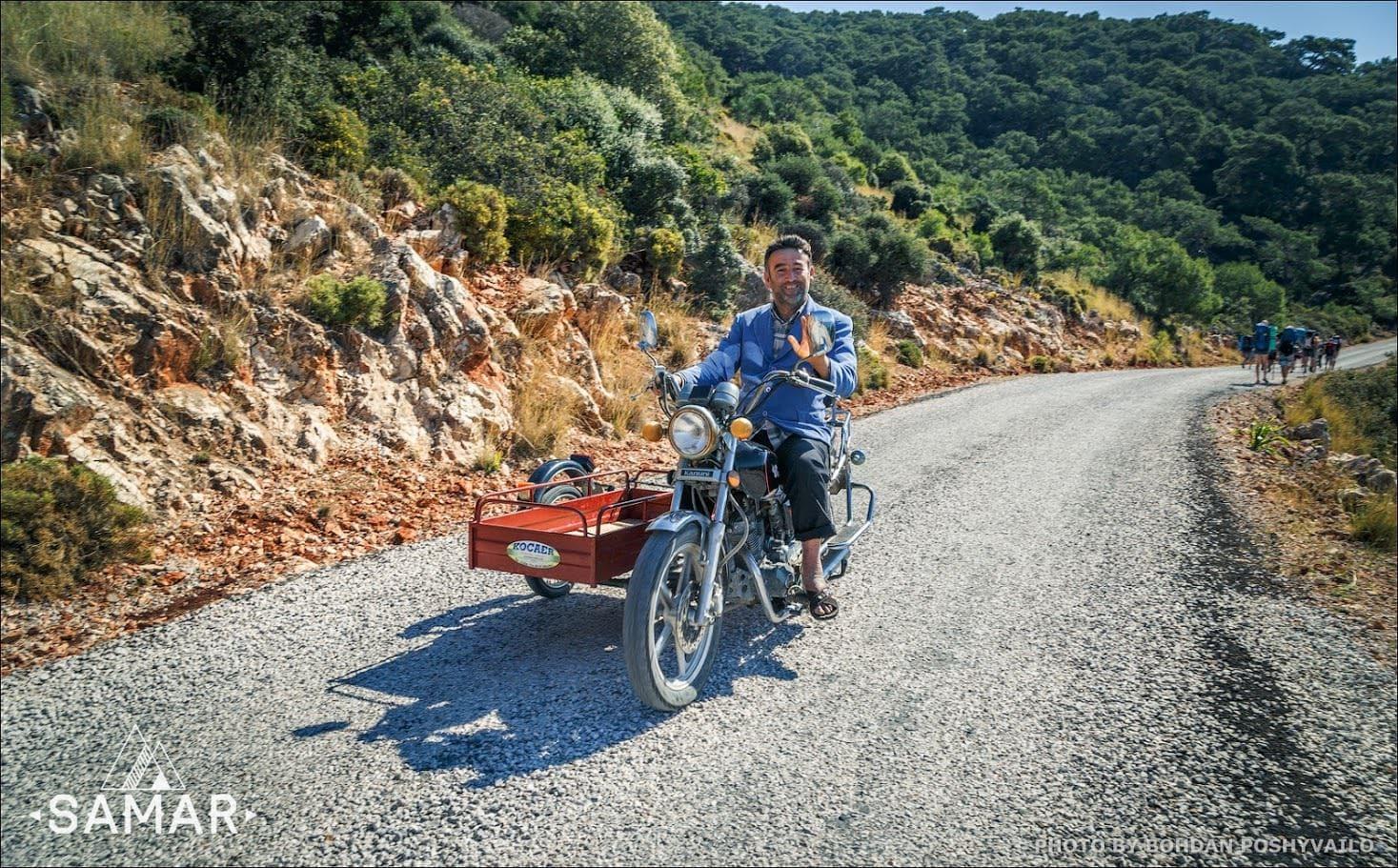 Местный житель на мотоцикле
