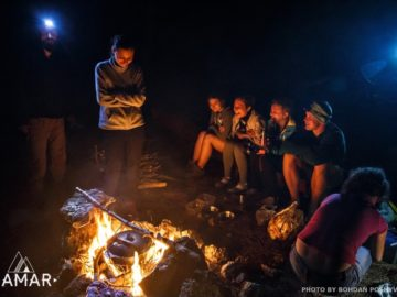 Посиделки ночью возле костра